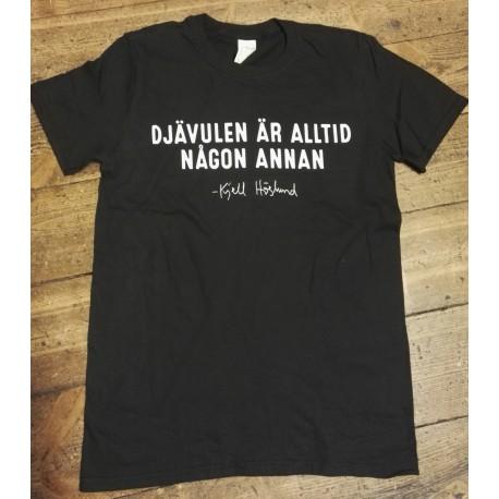 Djävulen är alltid någon annan (T-shirt)